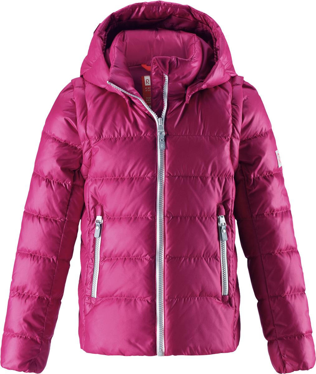 Пуховик для девочки Reima Minna, цвет: розовый. 5312903920. Размер 1225312903920Очень легкая, но при этом теплая и практичная слегка удлиненная куртка для подростков в одно мгновение превращается в жилетку. Эта практичная куртка снабжена утеплителем из пуха и пера. Куртку с гладкой подкладкой из полиэстера легко надевать и очень удобно носить. В теплую погоду стоит лишь отстегнуть рукава, и куртка превратится в жилетку. Наденьте ее с удобной кофтой, и у вас получится модный и стильный наряд. А когда на улице похолодает, жилетку можно поддевать в качестве промежуточного слоя. Куртка оснащена съемным капюшоном, что обеспечивает дополнительную безопасность во время активных прогулок – капюшон легко отстегивается, если случайно за что-нибудь зацепится. Есть два кармана на молнии для мобильного телефона и других ценных мелочей. Эту модель для девочек довершают практичные детали: длинная молния высокого качества и светоотражающие элементы.Средняя степень утепления.