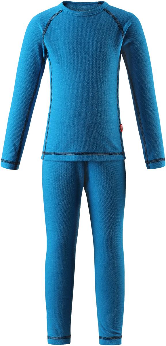 Комплект термобелья детский Reima Lani: лонгслив, брюки, цвет: синий. 5361836490. Размер 1305361836490Благодаря практичному детскому базовому комплекту, ваш ребенок может гулять и заниматься спортом в любую погоду. В этом комплекте ребенку будет сухо и тепло, ведь материал Thermolite, из которого он сшит, эффективно отводит влагу от кожи в верхний слой одежды. Комплект очень удобный и приятный на ощупь, а тонкие плоские швы в замок не натирают кожу. Удлиненная спинка хорошо закрывает и дополнительно защищает поясницу, а легкая эластичная резинка на манжетах удобно облегает запястья. Создайте идеальное сочетание – наденьте комплект с теплым флисовым промежуточным слоем и функциональной верхней одеждой!