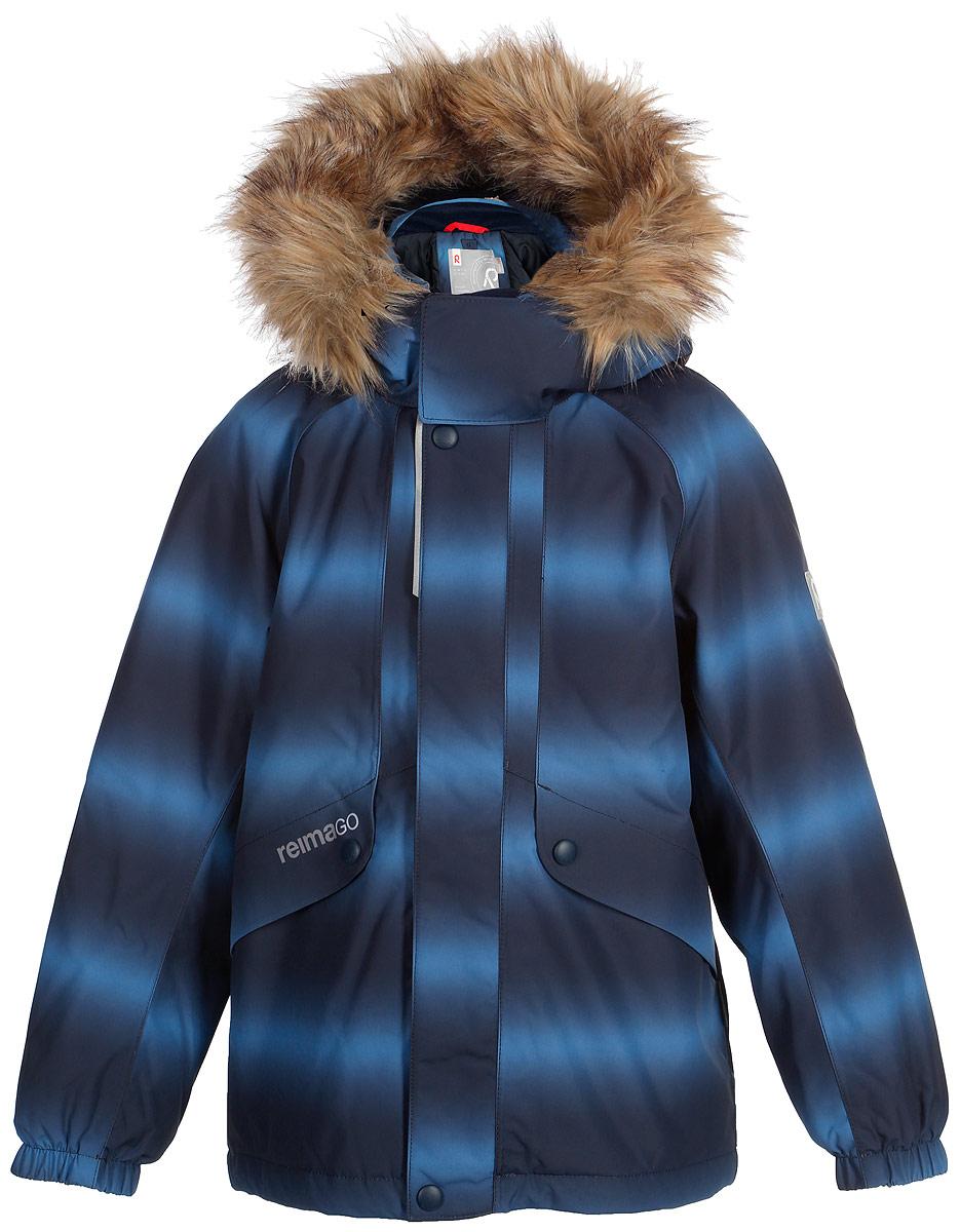 Куртка детская Reima Reimatec Furu, цвет: синий. 521515F6741. Размер 122521515F6741Детская непромокаемая зимняя куртка Reimatec изготовлена из водо- и ветронепроницаемого, дышащего и прочного материала с высокими грязеотталкивающими свойствами. Все швы проклеены, водонепроницаемы. В этой модели прямого покроя подол при необходимости легко регулируется, что позволяет подогнать куртку точно по фигуре. Она снабжена съемным и регулируемым капюшоном со съемной отделкой из искусственного меха. С помощью удобной системы кнопок Play Layers к этой куртке можно присоединять одежду промежуточного слоя Reima, которая подарит вашему ребенку дополнительное тепло и комфорт. В куртке предусмотрены два кармана на молнии, внутренний нагрудный карман, карман для сенсора ReimaGO и множество светоотражающих деталей.Средняя степень утепления.