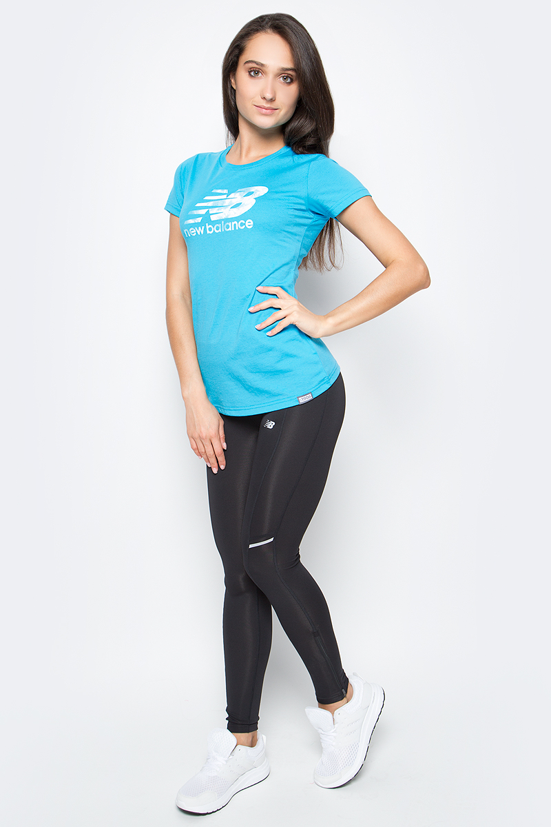 Футболка женская New Balance Batik Logo, цвет: бирюзовый. WT71556/VOB. Размер S (44)WT71556/VOBСтильная и уютная женская футболка New Balance, изготовлена из высококачественного трикотажа, она приятна на ощупь, не раздражает кожу, позволяя ей дышать. Модель имеет короткий рукав, круглый ворот, полуприлегающий силуэт, не стесняет движения. Изделие дополнено ярким принтом в стиле New Balance.