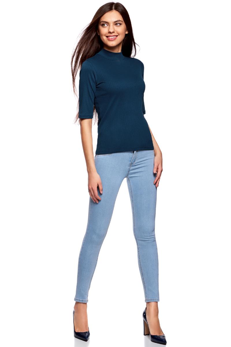 Водолазка женская oodji Ultra, цвет: синий. 15E01002-2/46464/7901N. Размер L (48)15E01002-2/46464/7901NВодолазка от oodji облегающего силуэта выполнена из высококачественного материала. Невысокий воротник-стойка защищает шею, а рукава до локтя привлекают внимание к рукам. Благодаря смеси эластана с вискозой трикотаж особенно легок, прочен и долговечен.Водолазка отлично подчеркивает достоинства фигуры. Трикотажная водолазка гармонично впишется в ваш базовый гардероб. Ее можно носить на работу и учебу, надевать на официальные мероприятия или использовать как одежду для отдыха. С ней можно составить разные образы в классическом и повседневном стиле.С классическими брюками или расклешенной юбкой-миди получится строгий официальный комплект, который стоит дополнить лоферами или слиперами. Несколько браслетов на открытых руках завершат сдержанный лук. Водолазка удачно сочетается с брюками-чиносами и мокасинами или с юбкой-макси и туфлями на платформе.В холодную погоду она станет необходимым дополнением к теплому джемперу или кардигану.Комфортная и стильная водолазка – настоящая палочка-выручалочка для активных натур!