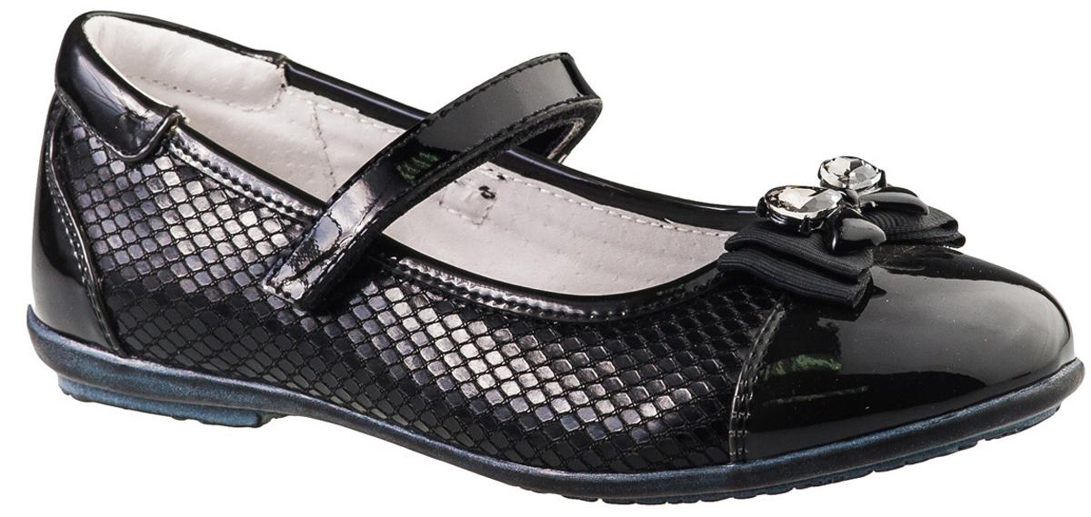Туфли для девочки BiKi, цвет: черный. A-B20-48-A. Размер 32A-B20-48-AМодные туфли от фирмы BiKi понравятся вашей юной моднице с первого взгляда. Модель выполнена из комбинированной кожи и оформлена декоративным тиснением под чешую змеи. Мыс украшен оригинальным бантом. Ремешок на застежке-липучке надежно зафиксирует изделие. Подкладка и стелька, изготовленные из натуральной кожи, предотвратят натирание и гарантируют уют. Стелька дополнена супинатором, который обеспечивает правильное положение ноги ребенка при ходьбе, предотвращает плоскостопие. Подошва, выполненная из полимерного материала, оснащена рифлением для лучшего сцепления с различными поверхностями. Стильные и удобные туфли - незаменимая вещь в гардеробе каждой школьницы.