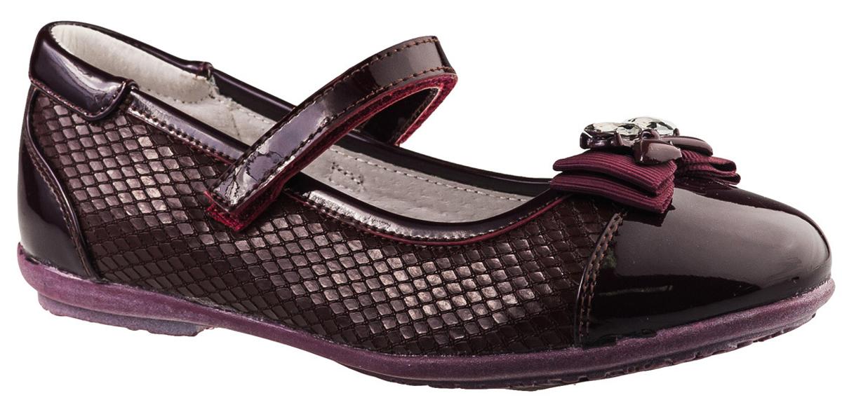 Туфли для девочки BiKi, цвет: бордовый. A-B20-48-B. Размер 32A-B20-48-BМодные туфли от фирмы BiKi понравятся вашей юной моднице с первого взгляда. Модель выполнена из комбинированной кожи и оформлена декоративным тиснением под чешую змеи. Мыс украшен оригинальным бантом. Ремешок на застежке-липучке надежно зафиксирует изделие. Подкладка и стелька, изготовленные из натуральной кожи, предотвратят натирание и гарантируют уют. Стелька дополнена супинатором, который обеспечивает правильное положение ноги ребенка при ходьбе, предотвращает плоскостопие. Подошва, выполненная из полимерного материала, оснащена рифлением для лучшего сцепления с различными поверхностями. Стильные и удобные туфли - незаменимая вещь в гардеробе каждой школьницы.