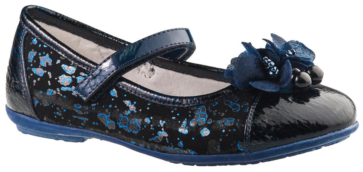 Туфли для девочки BiKi, цвет: темно-синий. A-B20-51-C. Размер 28A-B20-51-CМодные туфли от фирмы BiKi понравятся вашей юной моднице с первого взгляда. Модель выполнена из натуральной и искусственной кожи. Мыс украшен двумя цветками, декорированными бусинами. Ремешок на застежке-липучке надежно зафиксирует изделие. Подкладка и стелька, изготовленные из натуральной кожи, предотвратят натирание и гарантируют уют. Стелька дополнена супинатором, который обеспечивает правильное положение ноги ребенка при ходьбе, предотвращает плоскостопие. Рифление на подошве гарантирует отличное сцепление с любыми поверхностями. Стильные и удобные туфли - незаменимая вещь в гардеробе каждой школьницы.