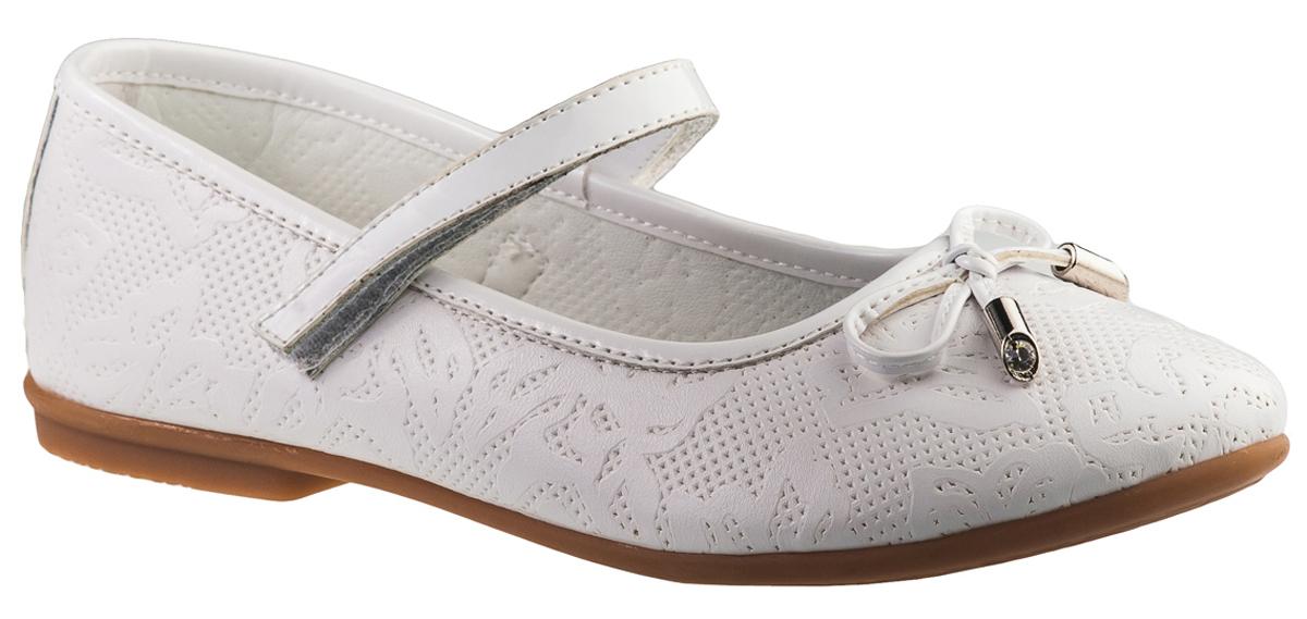 Туфли для девочки BiKi, цвет: белый. A-B20-56-C. Размер 37A-B20-56-CМодные туфли от фирмы BiKi понравятся вашей юной моднице с первого взгляда. Модель выполнена из натуральной и искусственной кожи и оформлена перфорацией, цветочным узором. Мыс украшен бантиком. Ремешок на застежке-липучке надежно зафиксирует изделие. Подкладка и стелька, изготовленные из натуральной кожи, предотвратят натирание и гарантируют уют. Стелька дополнена супинатором, который обеспечивает правильное положение ноги ребенка при ходьбе, предотвращает плоскостопие. Подошва, выполненная из полимерного материала, оснащена рифлением для лучшего сцепления с различными поверхностями. Стильные и удобные туфли - незаменимая вещь в гардеробе каждой школьницы.