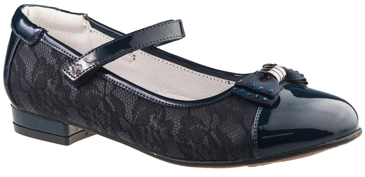 Туфли для девочки BiKi, цвет: темно-синий. A-B23-92-B. Размер 36A-B23-92-BМодные туфли BiKi на небольшом каблучке понравятся вашей юной моднице с первого взгляда. Модель выполнена из комбинированной кожи и оформлена цветочным рисунком. Мыс украшен очаровательным бантом, инкрустированным стразами. Ремешок на застежке-липучке надежно зафиксирует изделие. Подкладка и стелька, изготовленные из натуральной кожи, предотвратят натирание и гарантируют уют. Стелька дополнена супинатором, который обеспечивает правильное положение ноги ребенка при ходьбе, предотвращает плоскостопие. Рифление на подошве - для лучшего сцепления с различными поверхностями. Стильные и удобные туфли - незаменимая вещь в гардеробе каждой школьницы.