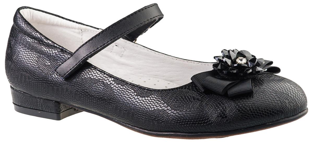 Туфли для девочки BiKi, цвет: черный. A-B23-96-A. Размер 34A-B23-96-AМодные туфли от фирмы BiKi понравятся вашей юной моднице с первого взгляда. Модель на небольшом каблучке выполнена из комбинированной кожи. Ремешок на застежке-липучке надежно зафиксирует изделие. Подкладка и стелька, изготовленные из натуральной кожи, предотвратят натирание и гарантируют уют. Стелька дополнена супинатором, который обеспечивает правильное положение ноги ребенка при ходьбе, предотвращает плоскостопие. Стильные и удобные туфли - незаменимая вещь в гардеробе каждой школьницы.
