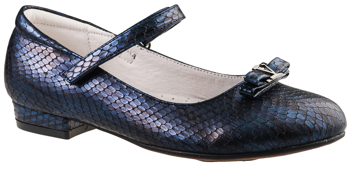 Туфли для девочки BiKi, цвет: темно-синий. A-B23-98-B. Размер 35A-B23-98-BМодные туфли от фирмы BiKi понравятся вашей юной моднице с первого взгляда. Модель на небольшом каблучке выполнена из комбинированной кожи и оформлена на мысе оригинальным декоративным элементом. Ремешок на застежке-липучке надежно зафиксирует изделие. Подкладка и стелька, изготовленные из натуральной кожи, предотвратят натирание и гарантируют уют. Стелька дополнена супинатором, который обеспечивает правильное положение ноги ребенка при ходьбе, предотвращает плоскостопие. Стильные и удобные туфли - незаменимая вещь в гардеробе каждой школьницы.