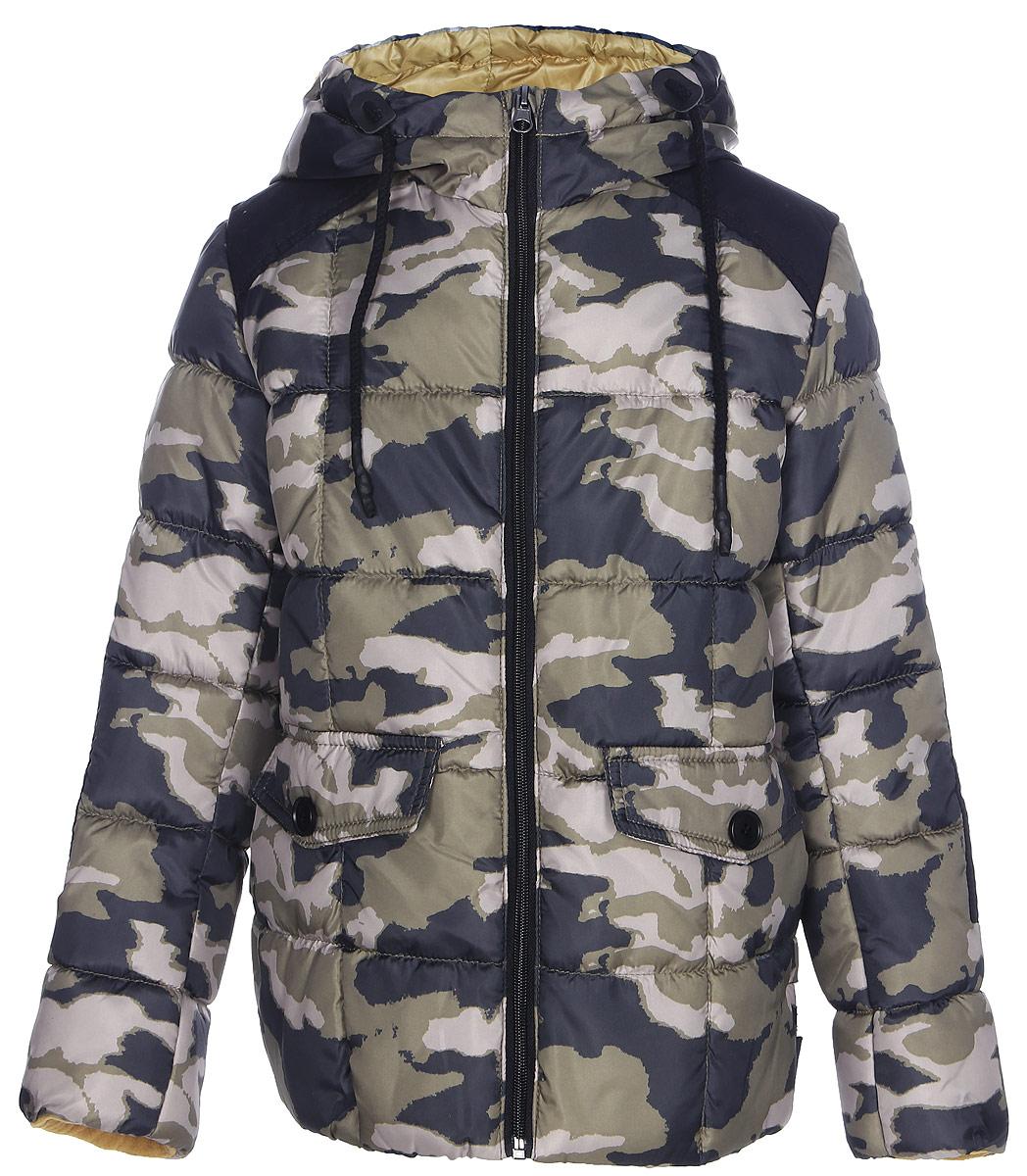 Куртка для мальчика Boom!, цвет: хаки. 70336_BOB_вар.2. Размер 104, 3-4 года70336_BOB_вар.2Куртка для мальчика Boom! изготовлена из полиэстера. В качестве утеплителя используется файбер. Куртка с капюшоном застегивается спереди на застежку-молнию. Капюшон дополнен затягивающимся шнурком. Изделие дополнено спереди двумя карманами с клапанами на пуговицах. Нижняя часть спинки дополнена фирменной нашивкой. Модель оформлена контрастными вставками на плечах и рукавах.