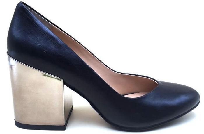 Туфли женские Graciana, цвет: черный. AKY1701-06-2. Размер 40AKY1701-06-2Женские туфли от Graciana выполнены из натуральной кожи. Подкладка, изготовленная из натуральной кожи, обладает хорошей влаговпитываемостью и естественной воздухопроницаемостью. Стелька из натуральной кожи гарантирует комфорт и удобство стопам. Подошва из полимерного термопластичного материала обеспечивает хорошую амортизацию и сцепление с любой поверхностью.