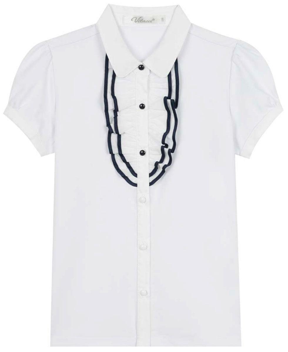 Блузка для девочки Vitacci, цвет: белый. 2173223-01. Размер 1522173223-01Школьная блузка для девочки от Vitacci выполнена из высококачественного материала. Модель с короткими рукавами и отложным воротником застегивается на пуговицы. НА полочке блузка декорирована жабо.