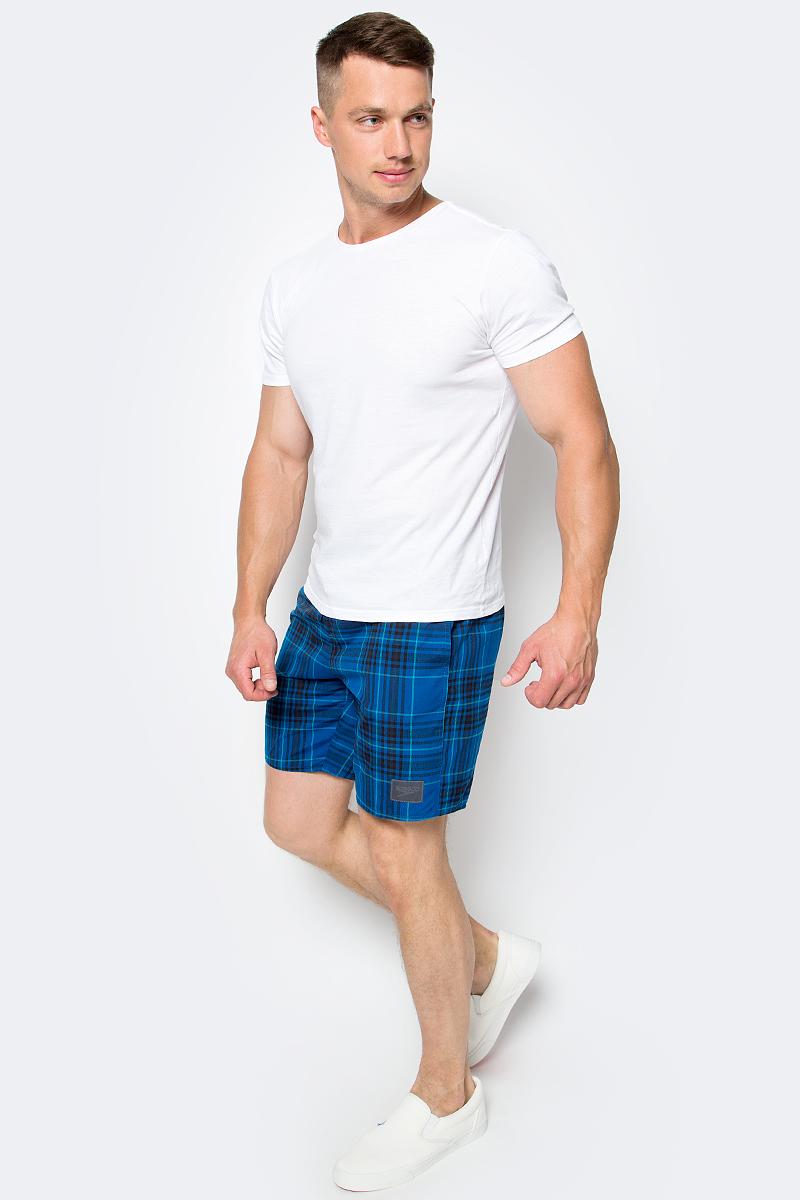 Шорты для плавания мужские Speedo YD Check Leisure 18 Watershort, цвет: голубой, черный. 8-10865B587-B587. Размер S (46/48)8-10865B587-B587Мужские шорты для плавания Speedo YD Check Leisure 18 Watershort с принтом клетка выполнены по технологии yarn-dye, которая подразумевает прокрашивание нитей перед плетением ткани, что обеспечивает более стойкий цвет по сравнению с принтами, которые наносятся поверх готовой ткани. Легкая и прочная ткань со специальной обработкой Quick dry позволяет шортам быстро высыхать после намокания, не сковывает свободу движений. Сетчатая несъемная вставка в виде трусов-слипов обеспечивает необходимую циркуляцию воздуха. Эластичный пояс с затягивающимся шнурком позволяет отрегулировать посадку точно по фигуре. По бокам расположены два прорезных кармана, подкладка которых выполнена из сетки, сзади - один прорезной карман на липучке. На карманах предусмотрена система слива воды. Изделие оформлено нашивкой с названием бренда. Такие шорты - идеальный выбор для отдыха, купания и активных игр на пляже. В них вы всегда будете чувствовать себя уверенно и комфортно!