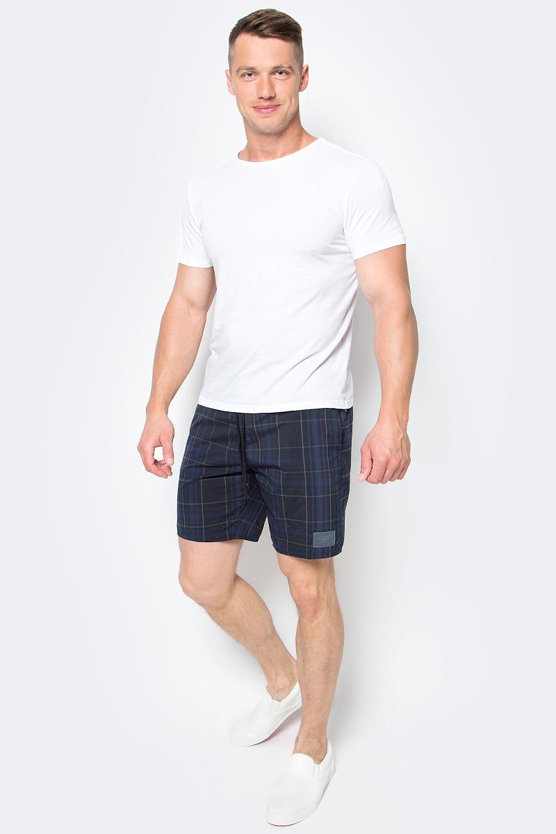Шорты для плавания мужские Speedo YD Check Leisure 18 Watershort, цвет: черный. 8-10865B588-B588. Размер S (46/48)8-10865B588-B588Мужские шорты для плавания Speedo YD Check Leisure 18 Watershort с принтом клетка выполнены по технологии yarn-dye, которая подразумевает прокрашивание нитей перед плетением ткани, что обеспечивает более стойкий цвет по сравнению с принтами, которые наносятся поверх готовой ткани. Легкая и прочная ткань со специальной обработкой Quick dry позволяет шортам быстро высыхать после намокания, не сковывает свободу движений. Сетчатая несъемная вставка в виде трусов-слипов обеспечивает необходимую циркуляцию воздуха. Эластичный пояс с затягивающимся шнурком позволяет отрегулировать посадку точно по фигуре. По бокам расположены два прорезных кармана, подкладка которых выполнена из сетки, сзади - один прорезной карман на липучке. На карманах предусмотрена система слива воды. Изделие оформлено нашивкой с названием бренда. Такие шорты - идеальный выбор для отдыха, купания и активных игр на пляже. В них вы всегда будете чувствовать себя уверенно и комфортно!