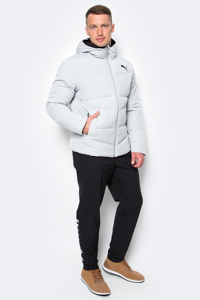 Куртка мужская Puma ESS Hooded Down Jacket, цвет: серый. 83864239. Размер M (46/48)838642_39Легкая и удобная куртка Hooded Down Jacket характеризуется высоким теплосбережением. Благодаря прямому крою обеспечивается комфортная посадка. Модель декорирована логотипом PUMA, нанесенным методом глянцевой печати, а также силиконовой эмблемой PUMA. Среди других отличительных особенностей модели - капюшон с эластичными завязками, ветрозащитный клапан и наращенный спереди ворот, надежно закрывающий шею и подбородок, боковые карманы на молнии в швах с односторонней подкладкой из флиса, отделка изнутри эластичным материалом манжет и подола, петля для вешалки, внутренний карман для электронных устройств с клапаном, висячий ярлык с указанием состава наполнителя.