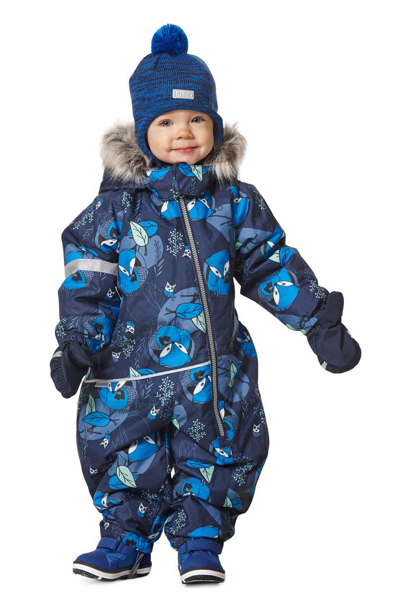 Комбинезон утепленный детский Lassie, цвет: синий. 7107146961. Размер 807107146961Зимний детский комбинезон Lassie изготовлен из дышащего водонепроницаемого материала с водоотталкивающим покрытием. Модель предназначена для детей, которые любят играть на улице даже в холодную и сырую погоду. Сидельный шов проклеен, благодаря чему ребенку обеспечено тепло и сухость. Комбинезон имеет съемный капюшон с мягкой и теплой подкладкой. Капюшон оформлен искусственным мехом, который при желании можно отстегнуть. Благодаря длинной молнии, расположенной спереди, изделие легко одевается. Рукава дополнены эластичными манжетами на резинках. По нижнему краю брючины оснащены съемными штрипками. На спинке и рукавах комбинезона предусмотрены светоотражающие элементы для безопасности ребенка в темное время суток. В таком комбинезоне вашему ребенку будет комфортно и уютно в любую непогоду.