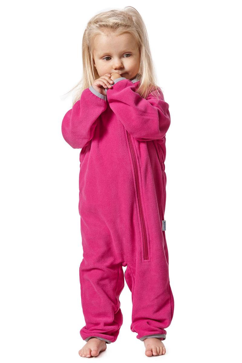 Комбинезон утепленный для девочки Lassie, цвет: фуксия. 7167004800. Размер 747167004800Флисовый комбинезон для девочки Lassie - превосходное дополнение к гардеробу вашего ребенка. Комбинезон изготовлен из теплого дышащего материала, который отводит влагу в верхние слои одежды. Комбинезон застегивается на длинную молнию с защитой подбородка. В таком комбинезоне малышке будет максимально комфортно и тепло.