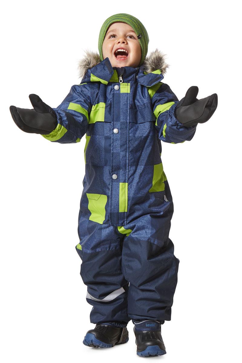 Комбинезон утепленный детский Lassie, цвет: синий. 7207156961. Размер 1227207156961Яркий зимний комбинезон Lassie с рисунком полностью изготовлен из сверхпрочного материала, поэтому совершенно незаменим для всех активных и отважных зимних героев! Модель застегивается на молнию с ветрозащитной планкой на кнопках. Съемный капюшон безопасен и практичен, а карманы на липучках сохранят ключи от дома в целости и сохранности! Светоотражающие элементы на рукавах и брючинах позволяют лучше разглядеть ребенка в темноте, а благодаря удобным штрипкам, концы брючин не будут задираться, сколько бы ребенок ни бегал!