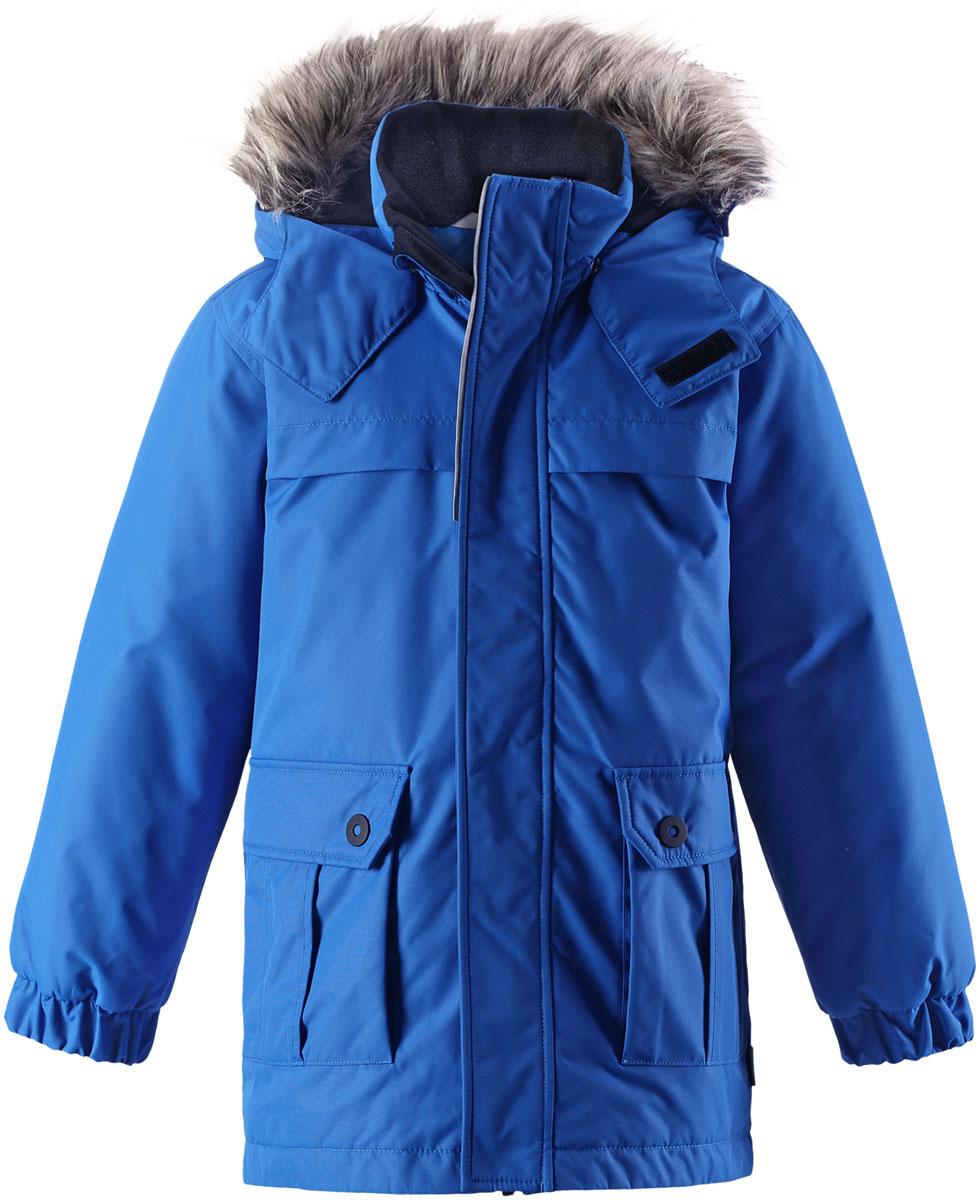 Куртка детская Lassie, цвет: синий. 7217176520. Размер 1287217176520Детская куртка-парка Lassie c длинными рукавами, съёмным капюшоном и воротником-стойкой изготовлена из ветронепроницаемого, дышащего материала с верхним водо- и грязеотталкивающим слоем. Капюшон оформлен искусственным мехом, который при желании можно отстегнуть. Подкладка - полиэстер. Наполнитель - синтепон. Модель застегивается на застежку-молнию спереди и имеет ветрозащитный клапан на липучках. Парка имеет два накладных кармана с клапанами. Рукава оснащены эластичными резинками на манжетах. Изделие дополнено светоотражающим логотипом на спинке.