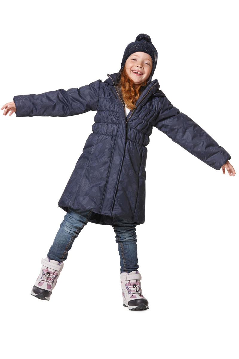 Пальто для девочки Lassie, цвет: серый. 7217189681. Размер 1347217189681Пальто для девочки Lassie c длинными рукавами, съёмным капюшоном и воротником-стойкойизготовлено из ветронепроницаемого, дышащего материала с верхним водо- и грязеотталкивающим слоем.Подкладка - полиэстер. Наполнитель - синтепон. Модель застегивается на застежку-молнию спереди и имеетветрозащитный клапан на липучках. Низ пальто дополнен эластичной резинкой. Изделие имеет два втачных кармана на застежках-молниях спереди. Рукава оснащены эластичными резинками на манжетах. Пальто оформлено оригинальным принтом и стеганой прострочкой. Изделие дополненосветоотражающим логотипом на спинке. Температурный режим: -15°C - -30°C.