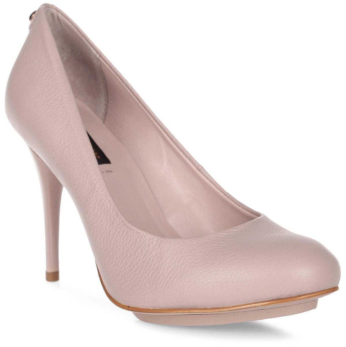 Туфли женские Jorge Bischoff, цвет: бежевый. 15210-3-00102/80С Q. Размер 4015210-3-00102/80С QЭлегантные женские туфли от Jorge Bischoff выполнены из натуральной кожи. Закругленный носок смотрится невероятно женственно. Внутренняя поверхность и стелька исполнены из мягкой натуральной кожи. Подошва изготовлена из полимерного материала. Каблук-шпилька средней высоты устойчив. Подошва и каблук дополнены рифлением. Стильные и удобные туфли - незаменимая вещь в гардеробе современной женщины.