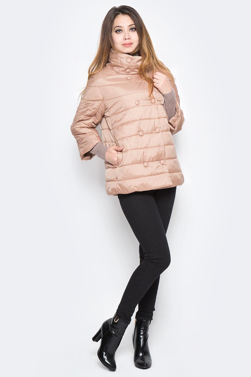 Куртка женская Sela, цвет: бежевый. Cp-126/748-7360. Размер L (48)Cp-126/748-7360Стильная женская куртка Sela станет отличным дополнением к повседневному гардеробу в прохладную погоду. Модель А-силуэта с цельнокроеными рукавами длиной 3/4 и высоким воротником-стойкой, надежно защищающим от ветра, выполнена из стеганой плащевой ткани и дополнена двумя прорезными карманами на скрытой молнии. Спереди изделие застегивается на два ряда кнопок.