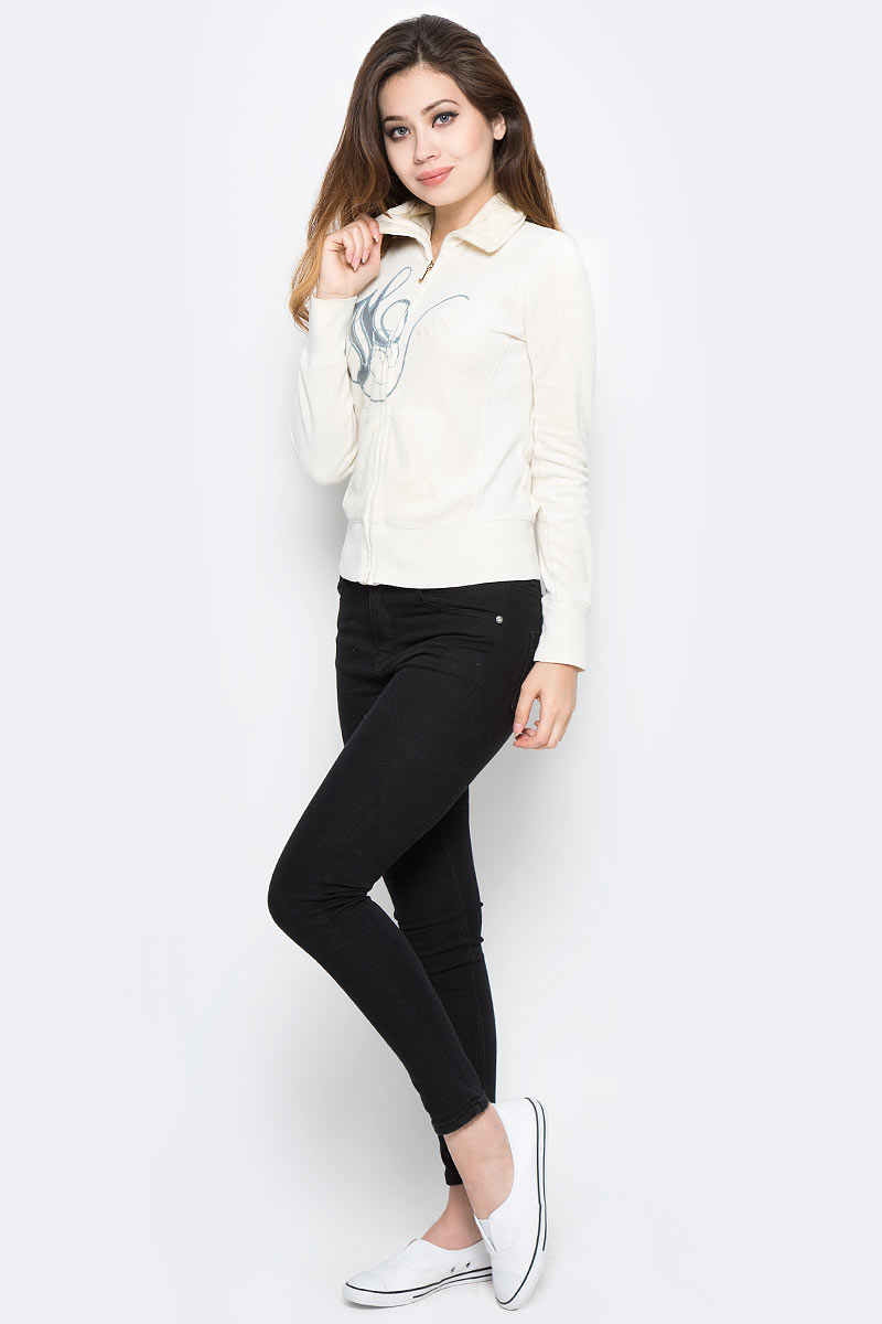 Джемпер женский Juicy Couture, цвет: молочный. WFKT34535/144. Размер S (42)WFKT34535/144Стильный женский джемпер Juicy Couture, изготовленный из высококачественного трикотажного материала, мягкий и приятный на ощупь, не сковывает движений и обеспечивает наибольший комфорт.Модель с круглым вырезом горловины и длинными рукавами великолепно подойдет для создания образа в стиле Casual. Джемпер оформлен объемными надписями на английском языке. Низ джемпера, манжеты рукавов и вырез горловины дополнены эластичными резинками. Этот джемпер послужит отличным дополнением к вашему гардеробу. В нем вы всегда будете чувствовать себя уютно и комфортно в прохладное время года.