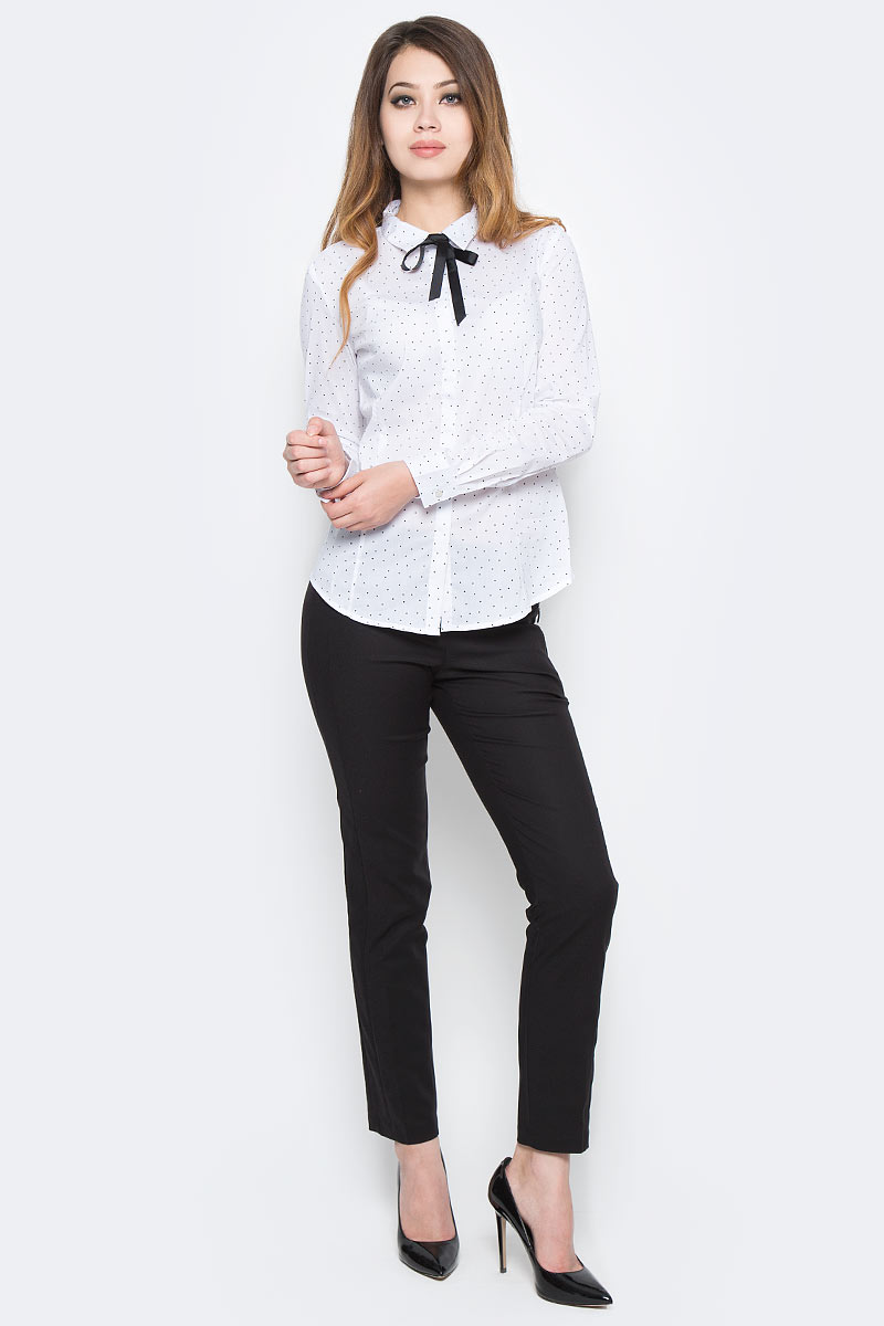 Рубашка женская Sela, цвет: белый. B-112/1308-7350. Размер 50B-112/1308-7350Классическая женская рубашка Sela, изготовленная из качественного материала в мелкий горошек, поможет создать стильный образ и станет отличным дополнением к повседневному гардеробу. Модель приталенного кроя с отложным воротничком застегивается спереди на пуговицы, скрытые планкой, и дополнена съемным бантом. Манжеты длинных рукавов также дополнены пуговицей. Модель подойдет для офиса, прогулок или дружеских встреч и будет отлично сочетаться с юбками, а также гармонично смотреться с джинсами и брюками. Мягкая ткань на основе хлопка, нейлона и эластана приятна на ощупь и комфортна в носке.