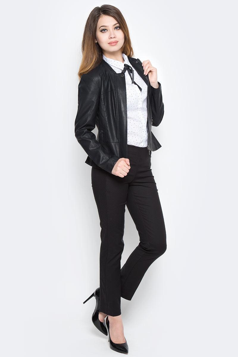 Куртка женская Sela, цвет: черный. Cpu-126/1005-7360. Размер M (46)Cpu-126/1005-7360Лаконичная женская куртка Sela станет отличным дополнением к повседневному гардеробу в прохладную погоду. Модель приталенного кроя выполнена из высококачественной искусственной кожи и дополнена двумя прорезными карманами на молнии. Спереди изделие застегивается на металлическую молнию с ветрозащитной планкой на кнопке.