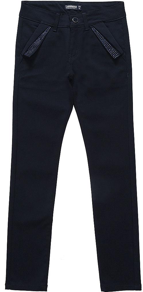 Брюки для девочки Luminoso, цвет: темно-синий. 728236. Размер 128728236Классические брюки для девочки Luminoso выполнены из хлопка и вискозы с добавлением эластана. Модель имеет зауженный крой и среднюю посадку. Застегивается на ширинку с молнией и пуговицу в поясе. Пояс дополнен шлевками для ремня. Брюки спереди имеют два втачных кармана с косым срезом и декором стразами, сзади также имеются два втачных кармана.
