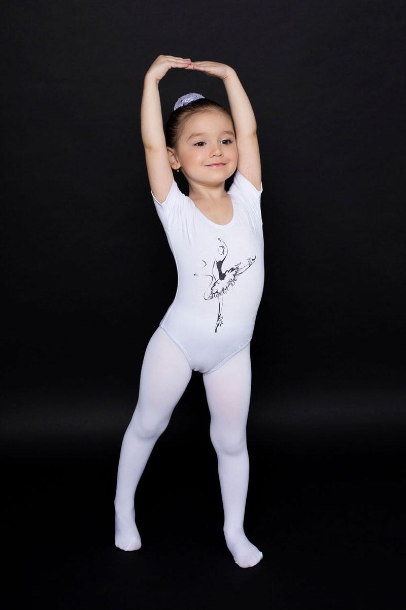Купальник гимнастический для девочки Luminoso, цвет: белый. 734501. Размер 98/104734501Гимнастический купальник для девочки Luminoso прекрасно подойдет для занятий гимнастикой и танцами. Купальник изготовлен из эластичного хлопка, он мягкий и приятный на ощупь, не раздражает кожу, обеспечивая наибольший комфорт во время занятий. Эластичные швы не препятствуют движениям. Купальник имеет короткие рукава и глубокий круглый вырез горловины. Спереди модель дополнена изображением балерины.