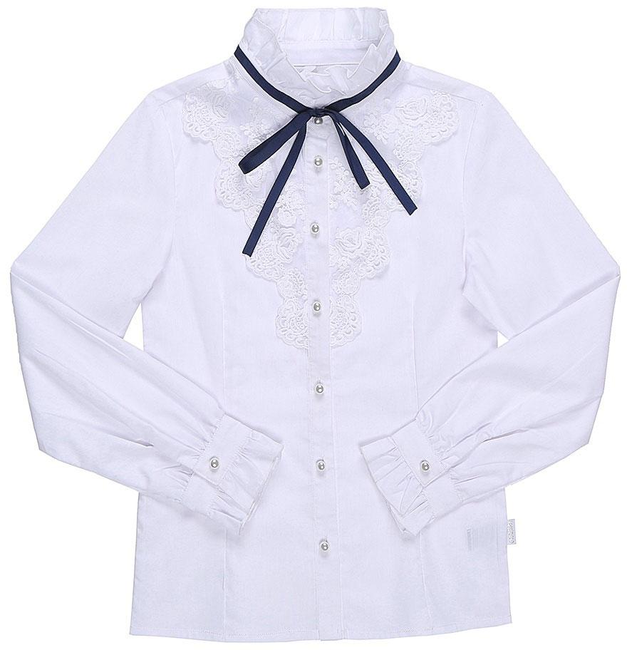 Блузка для девочки Luminoso, цвет: белый, темно-синий. 728248. Размер 158728248Классическая детская блузка Luminoso выполнена из хлопка и полиэстера с добавлением эластана. Модель застегивается на пуговицы в виде жемчужин, имеет длинные рукава с манжетами на пуговицах и воротник-стойку с рюшами. Блузка дополнена кружевом и лентой контрастного цвета.