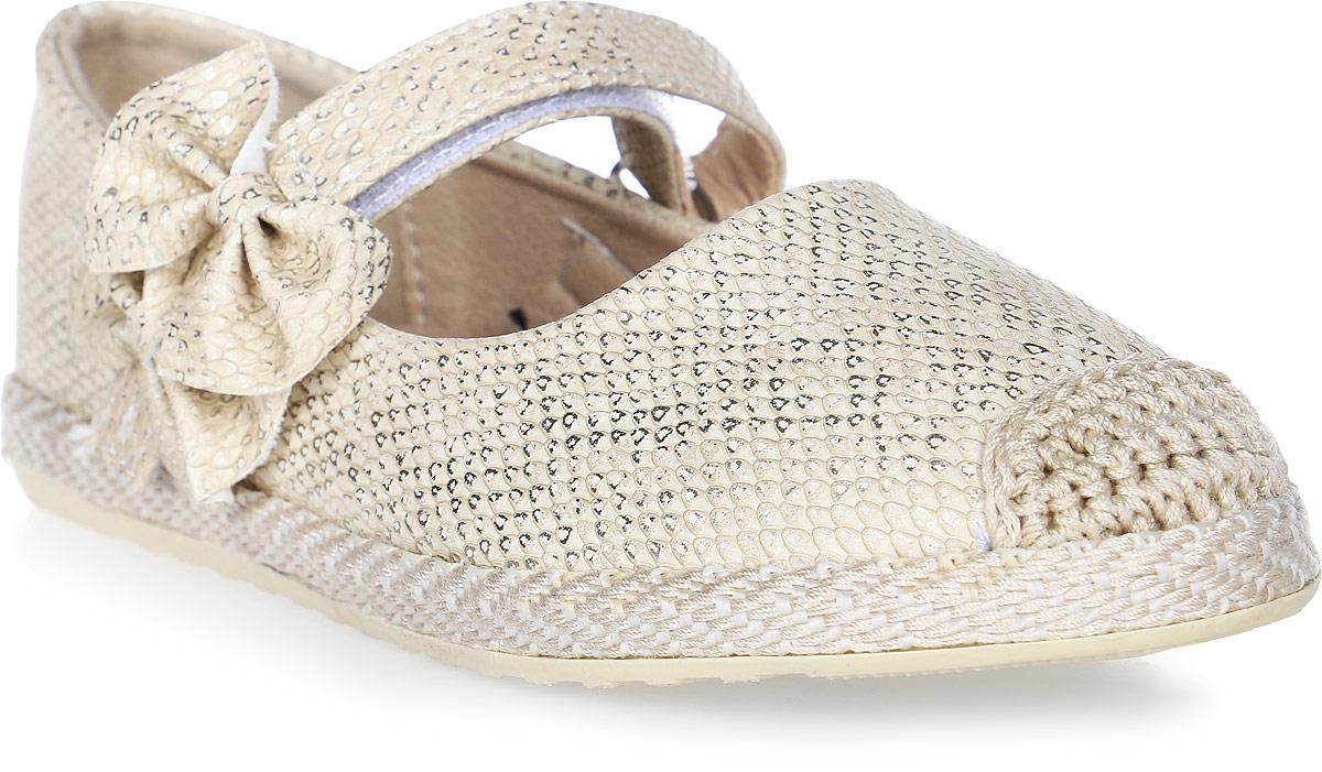 Туфли для девочки Капитошка, цвет: бежево-золотистый. C7502. Размер 34C7502Прелестные туфли для девочки от Капитошка изготовлены из искусственной кожи с поверхностью, имитирующей чешую рептилии, и оформлены двумя крупными бантиками на ремешке, текстильной вставкой с вязаными узорами на мысе, плетением в верхней части подошвы. Модель фиксируется на ножке ребенка при помощи ремешка на застежке-липучке. Внутренняя поверхность, выполненная из комбинации натуральной и искусственной кожи, и стелька, выполненная из комбинации натуральной кожи и текстиля, отвечают за оптимальный комфорт при движении. Стелька дополнена супинатором, который обеспечивает правильное положение ноги ребенка при ходьбе, предотвращает плоскостопие. Перфорация на стельке позволяет ножкам дышать. Подошва, изготовленная из ТЭП, дополнена рельефной поверхностью.