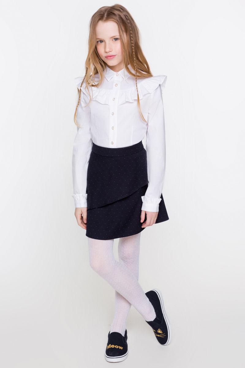 Блузка для девочки Acoola Avrora, цвет: белый. 20200260012_200. Размер 14020200260012_200Стильная блузка для девочки Acoola Avrora, изготовленная из хлопкового поплина и оформленная оборками на кокетке и манжетах, поможет создать модный школьный образ и станет отличным дополнением к повседневному гардеробу. Модель приталенного кроя с длинными рукавами и отложным воротничком застегивается спереди на жемчужные пуговицы. Манжеты длинных рукавов также дополнены пуговицей. Модель будет отлично сочетаться с юбками, а также гармонично смотреться с джинсами и брюками. Мягкая ткань на основе хлопка и полиуретана приятна на ощупь и комфортна в носке.