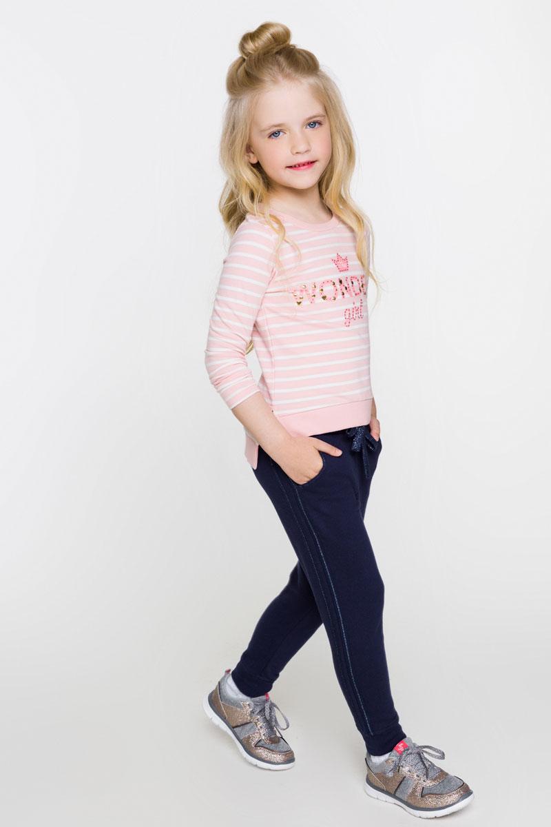 Свитшот для девочки Acoola Lev, цвет: светло-розовый, белый. 20220100110_4400. Размер 10420220100110_4400Стильный свитшот для девочки Acoola Lev поможет создать модный повседневный образ и станет отличным дополнением гардероба. Модель прямого кроя с удлиненной спинкой и длинными рукавами изготовлена из натурального хлопка в яркую полоску и оформлена принтованной надписью с металлическими заклепками на груди. Круглый вырез горловины дополнен мягкой трикотажной резинкой. Изделие подойдет для прогулок и дружеских встреч и будет отлично сочетаться с джинсами и брюками. Мягкая ткань на основе хлопка приятна на ощупь и комфортна в носке.