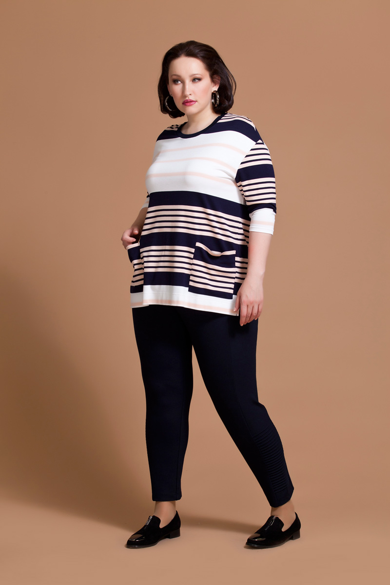 Блузка женская Averi, цвет: белый, розовый, синий. 1174. Размер 60 (64)1174Оригинальная блузка Averi прямого силуэта выполнена из комфортного трикотажного полотна. Модель дополнена принтом из черно-белых и розовых полосок, их сочетание делает блузку стильной и оригинальной. Блузка имеет удобный обтягивающий рукав 3/4 и круглый вырез горловины. Заниженная линия плеча и небольшие разрезы в боковых швах дарят комфорт и свободу движения. Накладные карманы на полочке служат хорошо заметным акцентом благодаря иному рисунку полос. Горловина обработана черной притачной планкой.