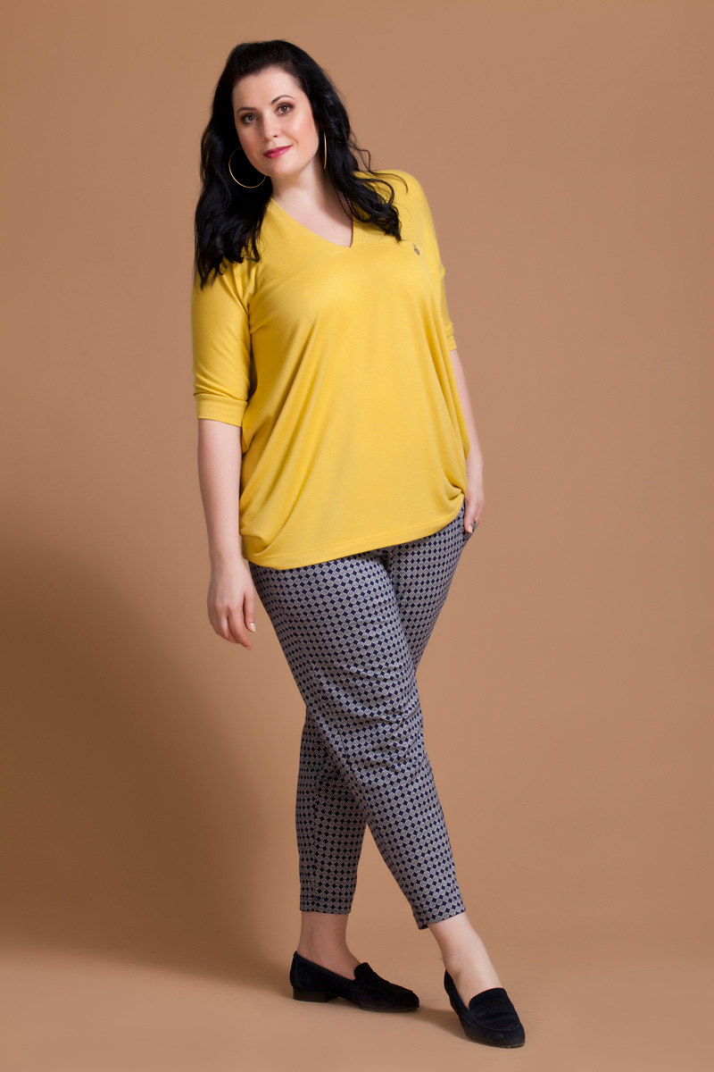 Блузка женская Averi, цвет: желтый. 1133. Размер 58 (62)1133Блузка Averi из трикотажного вискозного полотна имеет свободный покрой и О-образный силуэт. Горловина выполнена в V-образной форме, цельнокроеный рукав с кокеткой полочки и спинки на манжете создают стиль оверсайз.