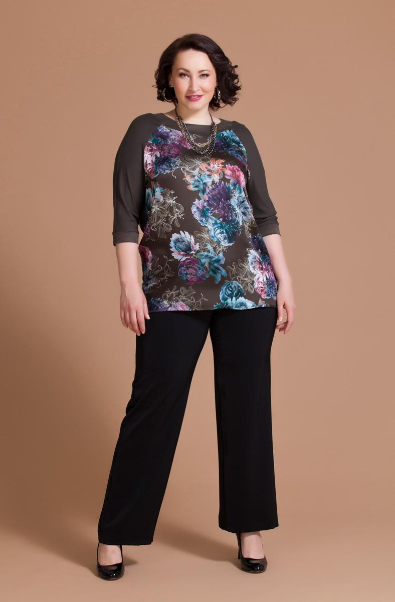 Блузка женская Averi, цвет: коричневый, фиолетовый, бирюзовый. 1164. Размер 62 (66)1164Яркая блузка Averi с неоновым цветочным принтом выполнена из струящегося атласа. Рукава реглан выполнены из трикотажа в цвет фона. Обтачка горловины и отрезные манжеты отделаны мягкой замшей. Модель имеет рукава 3/4 и круглый вырез горловины. Линия низа изделия прямая, на спинке имеется отрезная кокетка.