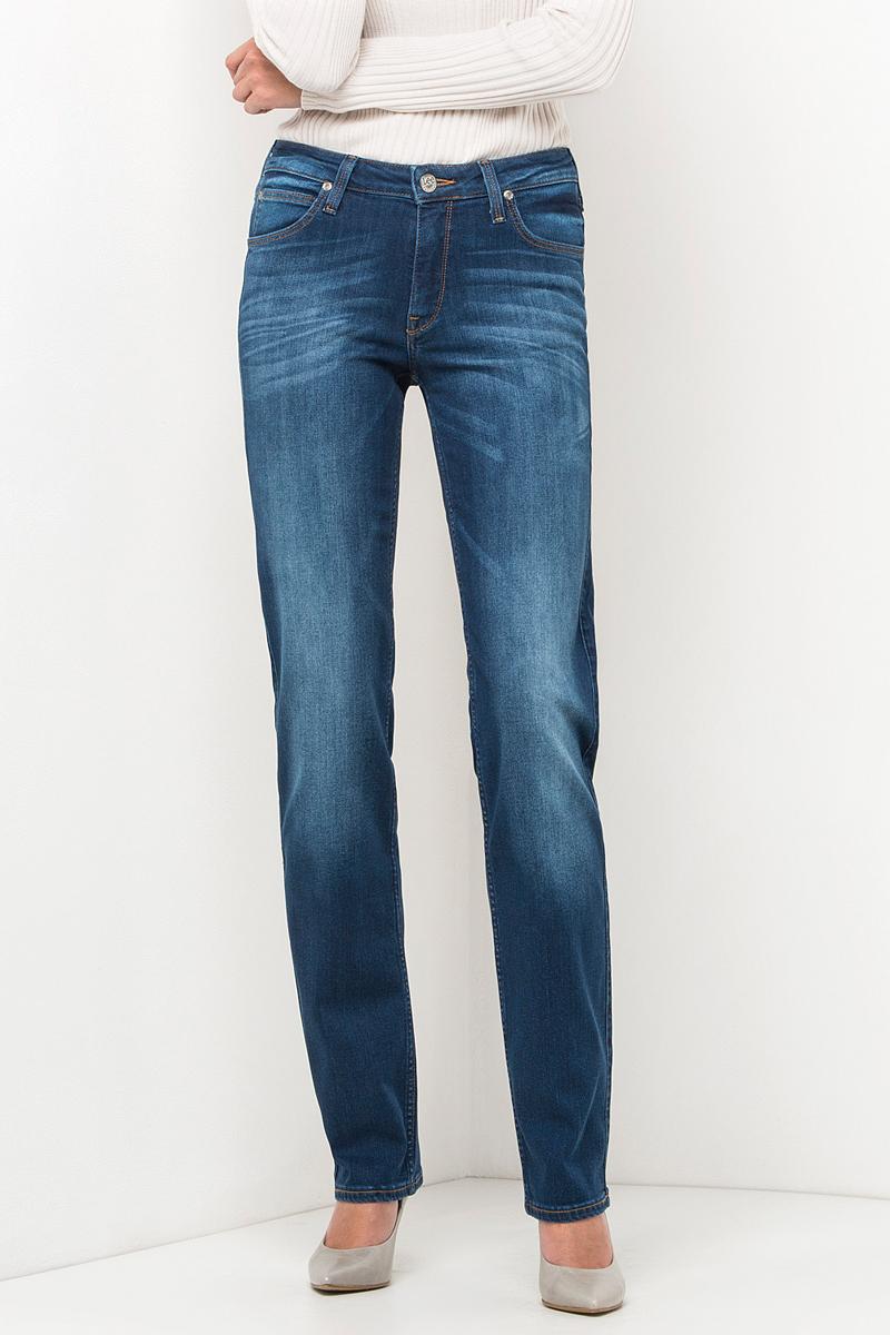 Джинсы женские Lee, цвет: синий. L301HAIM. Размер 27-31 (42/44-31)L301HAIMЖенские джинсы Lee выполнены из высококачественного эластичного хлопка. Прямые джинсы классической посадки застегиваются на пуговицу в поясе и ширинку на застежке-молнии, имеются шлевки для ремня. Джинсы имеют классический пятикарманный крой: спереди модель дополнена двумя втачными карманами и одним маленьким накладным кармашком, а сзади - двумя накладными карманами.
