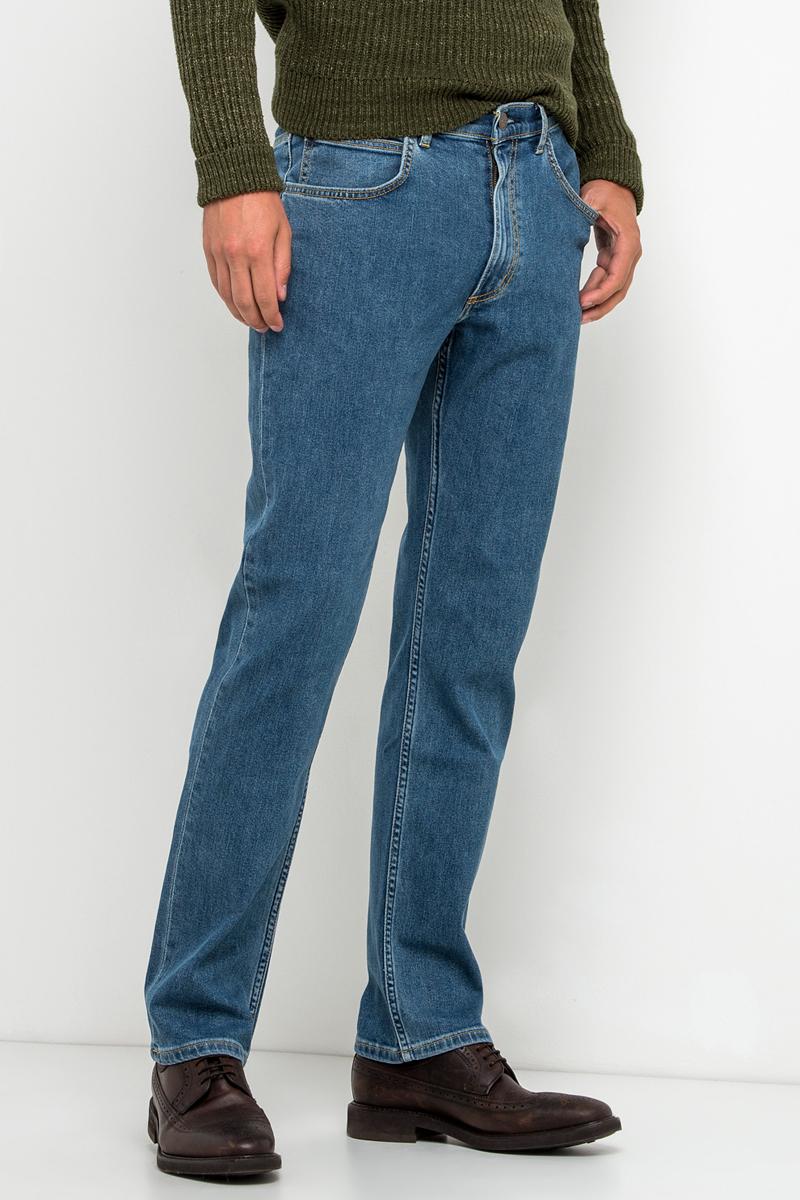 Джинсы мужские Lee, цвет: синий. L45271KX. Размер 31-32 (46/48-32)L45271KXСтильные мужские джинсы Lee Brooklyn Straight - джинсы высочайшего качества на каждый день, которые прекрасно сидят. Модель прямого кроя и средней посадки изготовлена из эластичного хлопка. Застегиваются джинсы на пуговицу в поясе и ширинку на застежке-молнии, имеются шлевки для ремня. Спереди модель оформлена двумя втачными карманами и одним накладным кармашком, а сзади - двумя накладными карманами. Эти модные и в тоже время комфортные джинсы послужат отличным дополнением к вашему гардеробу. В них вы всегда будете чувствовать себя уютно и комфортно.