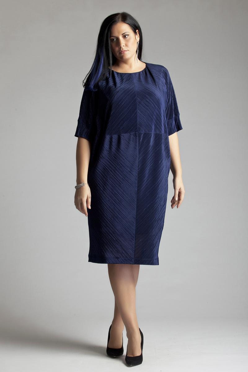 Платье Averi, цвет: синий. 1262. Размер 52 (56)1262Стильное коктейльное платье Averi выполнено из трикотажного полотна на подкладке. Платье прямого силуэта с длиной чуть ниже колена, с цельнокроеным рукавом на манжете длиной 1/2. Фактурное полотно выигрышно обыгрывает геометрический крой платья актуального в этом сезоне стиля oversize.