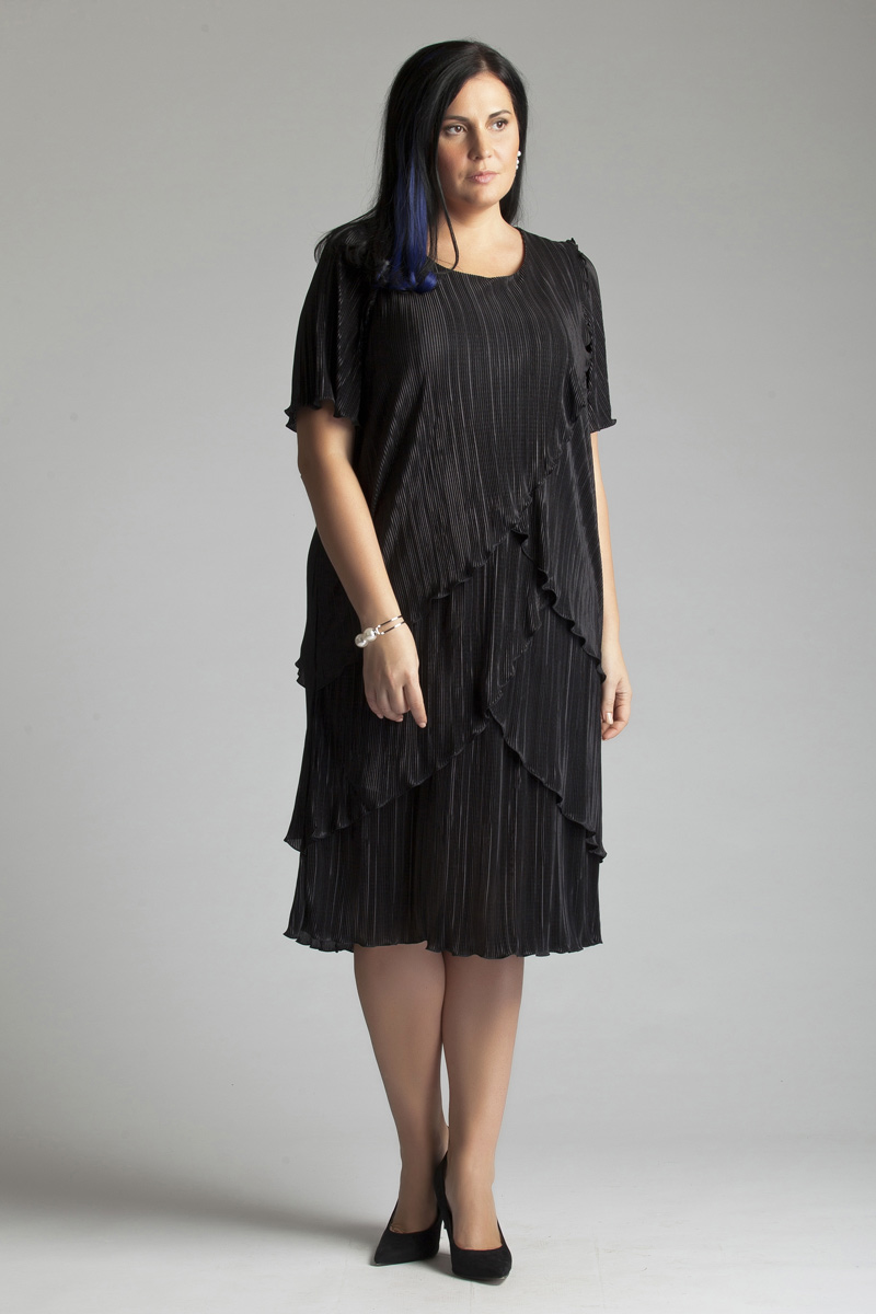 Платье Averi, цвет: черный. 1158. Размер 54 (58)1158Стильное коктейльное платье на подкладке Averi выполнено из полиэстера и вискозы с добавлением эластана. Модель прямого силуэта имеет длину чуть ниже колена, круглый вырез горловины и расклешенный рукав до линии локтя. Диагональный крой переда и спинки придает платью динамику и выгодно подчеркивает особенности фигуры.