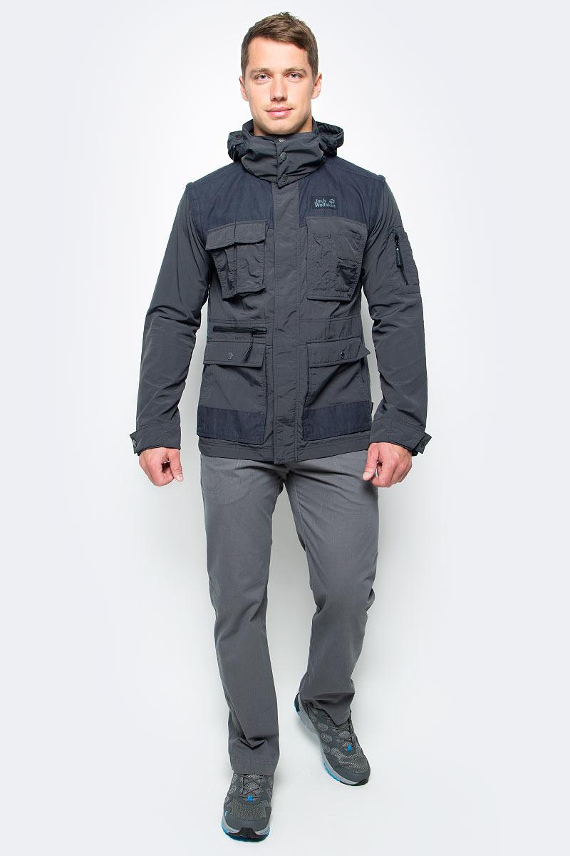 Ветровка мужская Jack Wolfskin Atacama Jacket, цвет: черный. 1304461-6350. Размер M (46)1304461-6350Ветровка мужская Atacama Jacket отлично подойдет для путешествий и ежедневной носки. Основная часть куртки выполнена из ткани SUPPLEX (100% полиамид). Это легкая, мягкая и быстро сохнущая ткань, которая, кроме всего прочего, обладает высокой защитой от ультрафиолета (UPF 40+). Плечи куртки усилены материалом FUNCTION 65 WAX (полиэстер с добавлением хлопка). Эта ткань обладает защитой от ветра, воды, она гладкая и приятная на ощупь. Модель застегивается на молнию и имеет внутреннюю и внешнюю ветрозащитную планку. Спереди расположены 5 накладных объемных карманов с клапаном на кнопке, два боковых вшитых кармана и вшитый карман на молнии. Модель снабжена длинными отстегивающимися рукавами на молниях. Манжеты рукавов регулируются с помощью хлястика на кнопке. Левый рукав оснащен дополнительным вшитым карманом. Изделие имеет воротник-стойку и капюшон, который можно спрятать. Модель выполнена в однотонном дизайне и дополнена логотипом бренда.
