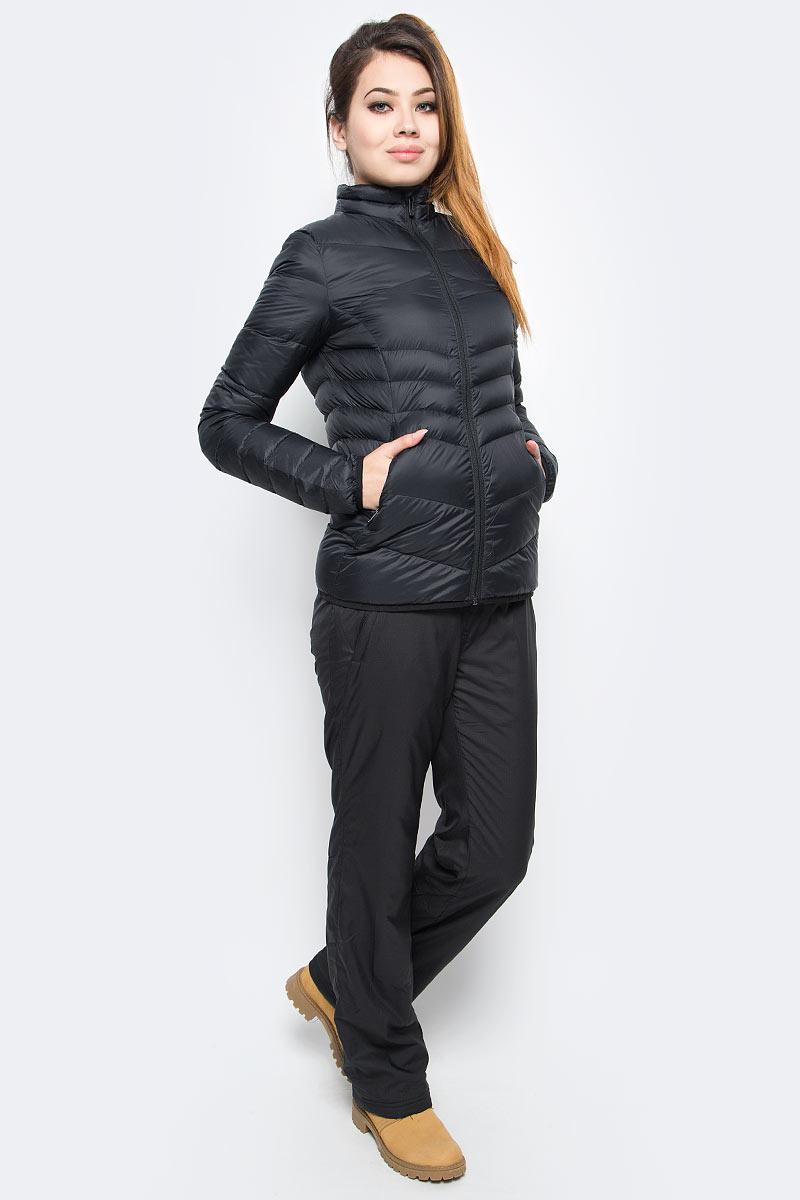 Куртка женская Puma Active 600 Packlite Down, цвет: черный. 83867201. Размер S (44)838672_01Куртка создана для любительниц активного образа жизни, которые не привыкли тратить время впустую. Одежда линии ACTIVE создана для повседневной носки и отличается привлекательным дизайном, при этом элементы конструкции, унаследованные от моделей для активного отдыха, делают этот жилет абсолютно функциональным. Модель украшена графическим набивным рисунком, нанесенным методом сублимационной печати (цветовой вариант 51), логотипом PUMA, нанесенным методом глянцевой печати, а также силиконовой эмблемой PUMA. Она изготовлена по технологии warmCELL, обеспечивающей отличное сохранение тепла и способствующей естественной терморегуляции. Среди других отличительных особенностей модели - ветрозащитный клапан и наращённый спереди ворот, надежно закрывающий шею и подбородок, боковые карманы на молнии, подбой манжет и подола эластичным материалом, петля для вешалки, светоотражающая вставка сзади в пройме с обозначением использования материала Keep Heat, висячий ярлык с указанием состава наполнителя (упругость пуха 600, соотношение пух/перо 90/10, что является показателем наполнителя экстра-класса). Фасон в обтяжку по фигуре. Куртка изготовлена из сверхлегкого материала, складывается и убирается в левый боковой карман, который снабжен застежкой-молнией и петлей для переноски.