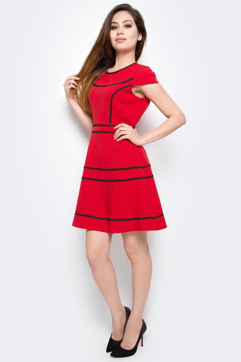Платье Milton, цвет: красный. WD-2414V. Размер 42WD-2414VПлатье прилегающего силуэта, отрезное по линии талии, юбка расклешенная. По горловине, рельефам и юбке настрочена отделочная тесьма.
