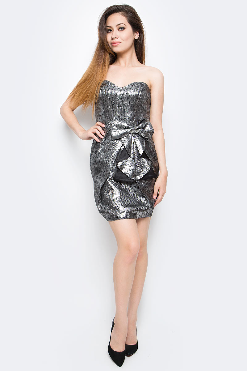 Платье oodji Ultra, цвет: черный, серебряный металлик. 11902121/33159/2991X. Размер 36-170 (42-170)11902121/33159/2991XСтильное платье oodji изготовлено из качественного плотного материала. Модель с открытым верхом застегивается сзади на молнию. Передняя часть платья декорирована крупным декоративным бантом.