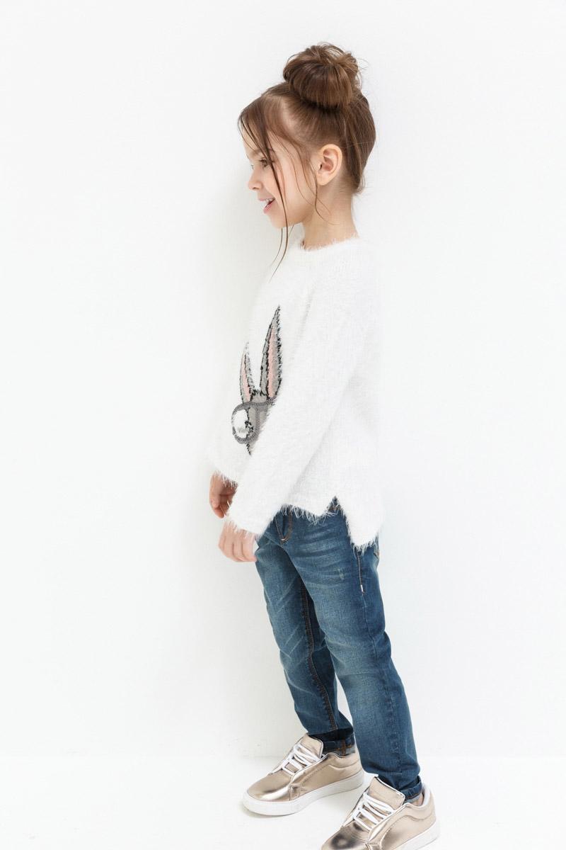 Джинсы для девочки Overmoon Sadeja, цвет: темно-синий. 21220160008_600. Размер 12821220160008_600Стильные зауженные джинсы свободной посадки Overmoon Sadeja выполнены из хлопка с добавлением полиуретана. Модель имеет классический пятикарманный крой: два врезных и один небольшой накладной карман спереди, два накладных кармана сзади. Джинсы застегиваются на молнию и пуговицу в поясе. Пояс также оснащен шлевками для ремня. Модель дополнена эффектом потертости.