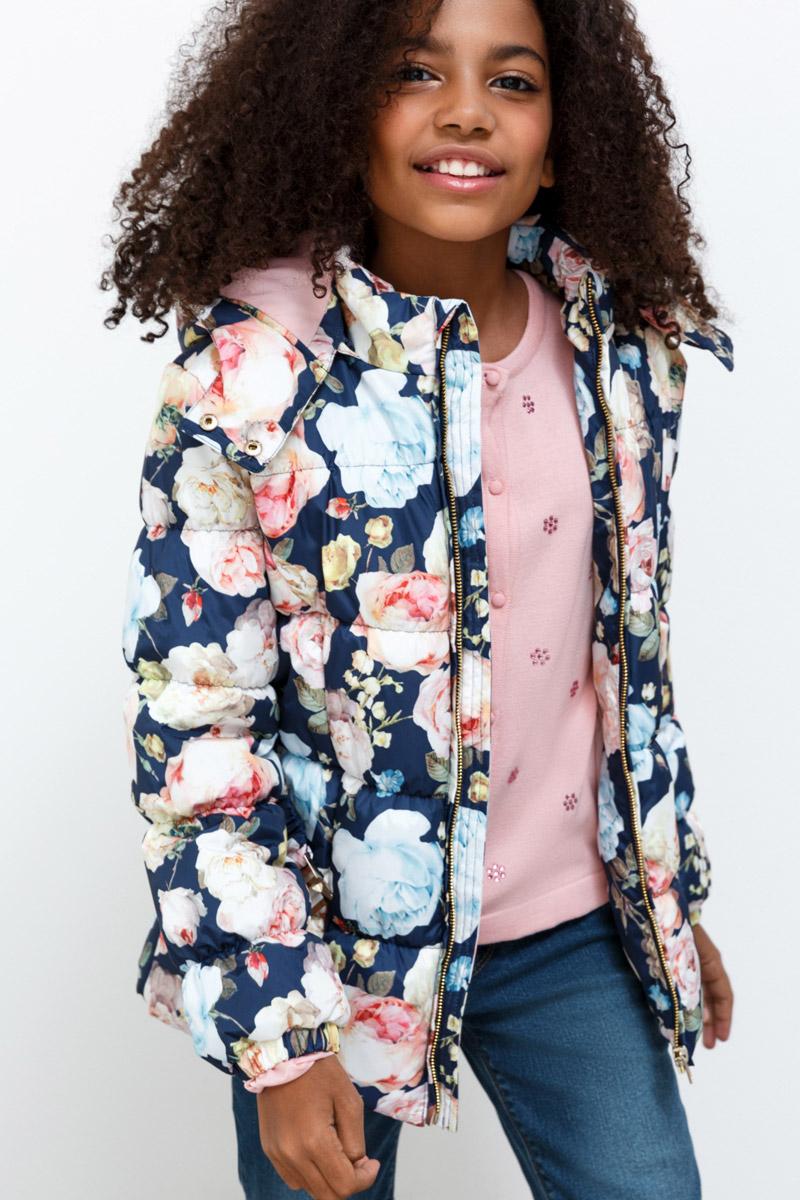Куртка для девочки Overmoon Acrija, цвет: мультиколор. 21210130013_8000. Размер 15221210130013_8000Стильная куртка для девочки Acrija выполнена из 100% полиэстера. Модель имеет длинные рукава с манжетами на резинке, воротник-стойку, капюшон с застежкой на кнопки и регулировкой объема. Куртка застегивается на молнию, застежка дополнена внутренней ветрозащитной планкой. Модель украшена ярким цветочным принтом и снабжена эластичным поясом с металлической пряжкой.