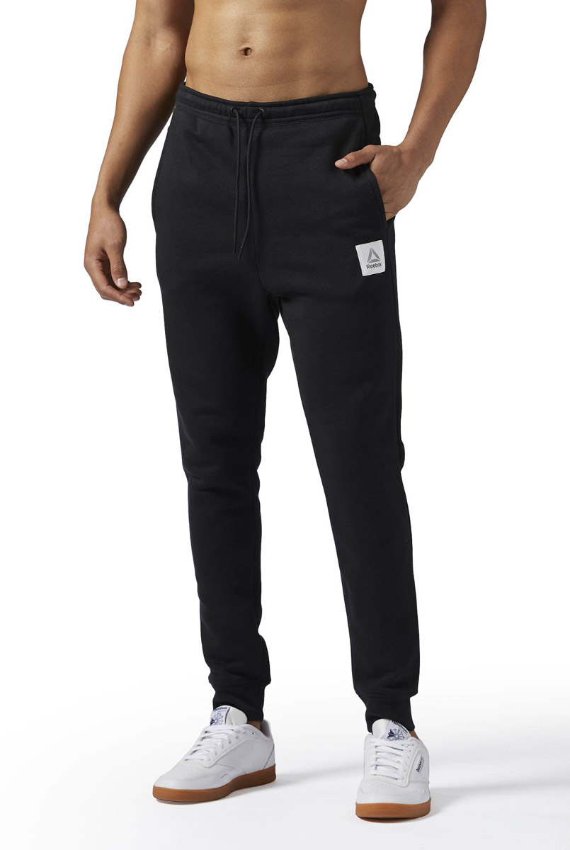 Брюки спортивные мужские Reebok Cs Jogger Pant, цвет: черный. BQ2533. Размер S (44/46)BQ2533Спортивные мужские брюки Reebok выполнены из натурального хлопка с добавлением полиэстера. Модель дополнена по боком прорезными карманами. Эластичный пояс на шнурке и манжеты на лодыжках, обеспечат оптимальную посадку. Модель дополнена логотипом бренда.