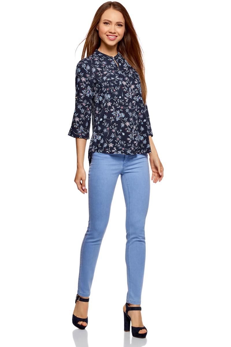 Блузка женская oodji Ultra, цвет: темно-синий, красный. 11403225-2B/26346/7945F. Размер 34-170 (40-170)11403225-2B/26346/7945FМодная женская блузка oodji изготовлена из качественной вискозы и застегивается на пуговицы. Модель выполнена с рукавами 3/4, дополненными специальной шлевкой для подгиба. Передняя часть оформлена накладными карманами под клапанами.