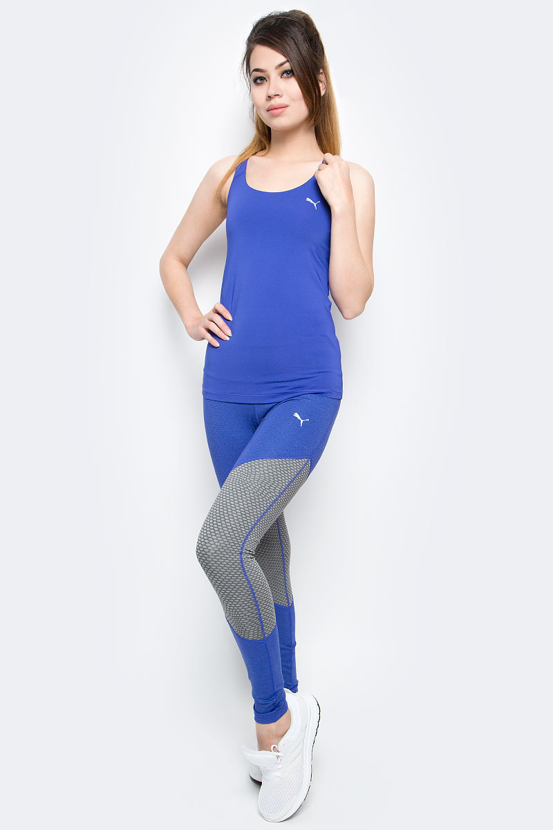 Леггинсы женские Puma Clash Tight, цвет: синий. 51483803. Размер S (44)51483803Эта модель станет вашей любимой, потому что в ней вы не только будете выделяться в любом окружении, продемонстрировав отменное чувство стиля, но сможете не отвлекаться на заботы о сохранности ваших вещей, поскольку широкий и эластичный пояс снабжен удобным внутренним карманом.Это изделие имеет целый ряд преимуществ: оно изготовлено с использованием высокофункциональной технологии dryCELL, которая отводит влагу, поддерживает тело сухим и гарантирует комфорт во время активных тренировок и занятий спортом. Широкий пояс приятно охватывает талию и поддерживает живот. Внутри него имеется удобный карман для хранения ценных вещей. Модель имеет модный в этом сезоне набивной рисунок и классическое цветовое решение линейки CLASH, предусматривающее использование контрастных цветов.